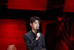 """3月18日,王俊凯工作室发布了一组综艺《我们的乐队》录制花絮照。照片中,""""乐队公司-市场总裁""""王俊凯身穿条纹西装亮相节目,剪裁利落的西装尽显凯Boss优越的身材。"""