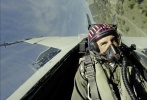 """近日,由汤姆·克鲁斯主演的电影《壮志凌云:独行侠》曝光了一组全新剧照,时隔34年后,""""阿汤哥""""再次穿上军装,和飞机合影,马华力上校霸气回归,非常有型。"""