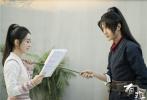 3月20日,由赵丽颖主演的电视剧《有翡》曝光了一组全新剧照。照片中,赵丽颖高扎马尾,身穿简洁干练的粉色侠女装,低头潜心读剧本。
