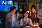 """由于淼执导,李潇监制,李潇、于淼、王思共同担当编剧,大鹏、柳岩、代乐乐、张子贤、孟鹤堂、田雨领衔主演的喜剧电影《大赢家》正在热映中。今日,片方发布了电影主题曲《Don't Move》MV,由《乐队的夏天》玛斯卡倾情作词作曲,柳岩与玛斯卡首次合作演唱,为电影《大赢家》量身打造了一首""""沙雕打劫""""歌曲。"""