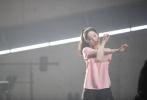 日前,刘亦菲曝光了一组拍摄广告大片的花絮照,32岁的她素颜出镜,暴露真实皮肤状态。