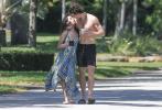 """当地时间3月21日,美国迈阿密,""""萌德""""肖恩·蒙德兹和女朋友""""卡妹""""卡米拉·卡贝洛现身街头,还甜蜜接吻秀恩爱。"""