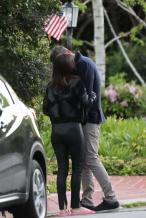 前方高甜!大本与女友阿玛斯当街拥吻如胶似漆