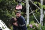 """日前,本·阿弗莱克与安娜·德·阿玛斯携手同游时再度被拍到,只不过此次两人的互动更为亲密,当街甜蜜拥吻令网友直呼""""又甜又酸""""。"""