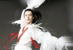 """日前,刘昊然在早前参演电影《妖猫传》时的一组定妆照首度曝光,片中饰演""""白龙""""一角的他,身穿一袭飘逸白衣,身姿轻盈弹跳力出色,舞蹈功底可见一斑。"""