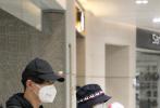 3月24日,高圆圆一家三口从台北抵达上海现身机场。照片中,高圆圆穿着黑色的西装外套,头戴渔夫帽。她怀里抱着女儿,满满戴着粉色的帽子,被妈妈紧紧地裹在怀中。赵又廷一身深色的休闲服,头戴棒球帽,和高圆圆一样都戴着N95口罩,全副武装,一路守护着老婆与孩子,男人味爆棚。