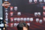 3月26日,《我们的乐队》曝光了一组全新剧照,身为乐队公司运营总裁的谢霆锋竟然置身厨房,不免让人以为点错了节目,进入了《十二道锋味》?