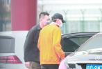 3月26日,北京,鹿晗、黄子韬现身机场,前往深圳录制综艺。当天,穿着黄色卫衣的黄子韬率先到达机场,看到鹿晗的座驾到达停车场,等不及的韬韬直奔鹿哥车旁叙旧。