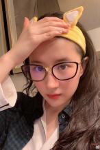 刘亦菲晒素颜照 柴犬发带配黑框眼镜似邻家学姐
