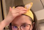"""3月29日,刘亦菲通过微博分享了一组自拍照,并配文写道:""""最近电脑上看书玩游戏,希望蓝光镜片有点作用(涂色本还是很爱)。"""""""