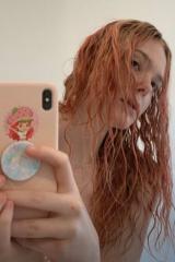 艾丽·范宁金发消失染新颜色 网友:像小美人鱼!