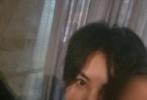 近日,有网友晒出与王菲周迅窦靖童李嫣聚会的照片。照片中,王菲身穿一身黑色运动服,随性洒脱;年仅13岁的李嫣,一头微卷的中分长发搭粉色碎花上衣,尽显成熟;顶着一头毛寸断发的窦靖童也酷帅十足。