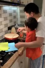 霍启刚带儿子下厨制作咖喱虾 大手握小手画面温馨
