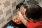 """3月31日,霍启刚通过微博分享了和大儿子霍中曦一起做咖喱虾的动态。霍启刚在博文中写道:""""孩子们除了记得要在家做点运动保持身体健康以外,同时也要保持心灵快乐的状态!"""""""