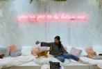 """4月1日,刘亦菲通过微博分享近况,并配文写道:""""前段时间去看的小朋友们。""""照片中,刘亦菲穿着灰色的毛衣搭牛仔裤,长发束成低马尾,坐在沙发上与猫咪玩耍。"""