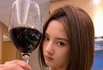 """4月1日,宋祖儿通过微博分享四张自拍,风趣回应网传她深夜醉酒,耍酒疯踢路人一事。宋祖儿在博文中搞笑地写道:""""既然yxh说我醉酒,我就自罚一杯吧。"""""""