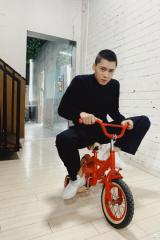 李易峰骑儿童自行车一脸正经 绿洲巡逻童心未泯