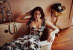 """最近因与""""大本""""频繁秀恩爱而热度暴涨的女星安娜·德·阿玛斯再度曝出一组全新写真。这组《Nexos》杂志4/5月刊的写真""""春日复古风格""""浓郁,安娜身着多款碎花裙亮相,大秀曼妙身材,阳光在她身上投下斑驳树影,愈加撩人。"""