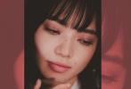 日前,小松菜奈登上日本时尚杂志《BIS》五月号封面,以全套粉红色装扮出镜,化身春日柔情少女,眼波流转娇俏迷人,整组照片慵懒随性,暧昧气息丛生。