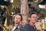 """近日,在美剧《绝命毒师》中饰演""""老白""""的布莱恩·克兰斯顿和""""小粉""""亚伦·保尔一同登上了墨西哥杂志《Esquire》4月号封面,一同曝光的还有杂志内页写真。"""