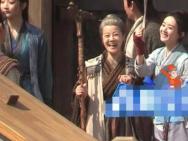 赵丽颖新剧《有翡》曝路透 与剧组演员相处融洽