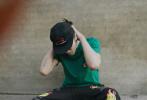 """4月3日,吴亦凡通过微博分享了四张春日帅照,并发文写道:""""春天来啦,拍完赶紧把外套穿上""""。照片中,吴亦凡身穿绿色短袖T恤搭黑色运动裤,头戴黑色棒球帽,运动又潮范儿十足。"""