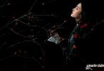 """日前,刘亦菲登上国内知名时尚杂志《嘉人》五月号封面,这也是她第四次以封面人物身份亮相该刊物,可谓是名副其实的""""时尚宠儿""""。"""