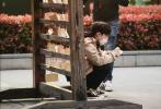 4月6日,网上曝光了张艺兴录制《极限挑战6》的路透照。当天,张艺兴身穿黄色、卡其色拼接外套,内搭黑色帽衫,下身黑色运动裤,青春又活力。