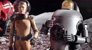 女子带着机器人登陆月球,却遇上同行抢地盘,一部搞笑科幻片