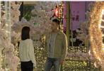 4月8日,网上曝出一组《亲爱的戎装》全新路透照。照片中黄景瑜、李沁正在对戏,场景布置得十分浪漫,摩天轮、灯光、鲜花等制造氛围的物件应有尽有。