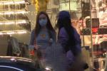 王菲女儿李嫣携闺蜜做头发 身穿露脐装秀纤细蛮腰