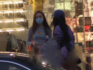王菲女兒李嫣攜閨蜜做頭發 身穿露臍裝秀纖細蠻腰