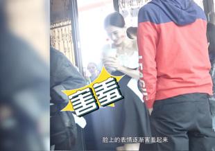 张铭恩现身片场探班女友 徐璐手捧奶茶大口狂喝