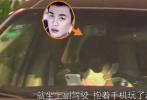 4月10日,有媒體曝光了張若昀復工的路透。當天,張若昀抵達上海,身穿深色沖鋒衣,墨鏡口罩遮面做足防護。隨后,張若昀和工作人員上了專車之后前往無錫的一家酒店入住。