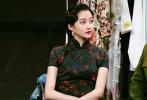 4月10日,關曉彤工作室分享了一組《王牌對王牌》全新劇照。關曉彤身穿旗袍,梳著復古手推波紋卷發,民國風十足。