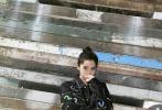 4月9日,歐陽娜娜分享了一組全新寫真,挑戰帥氣風格。照片中,歐陽娜娜身穿深色印花牛仔套裝,內搭深灰色T恤,梳著利落的丸子頭,青春氣息撲面而來。娜娜一舉一動都攻氣十足,眼神也超A。