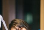 """4月13日,一組鄭爽直播助力湖北賣貨的花絮照曝光。照片中,鄭爽身穿黃色條紋T恤,左手美食、右手汽水,秒變""""吃播博主"""",黑長直造型清純甜美,宛如鄰家妹妹。"""