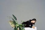 """4月13日,劉詩詩為《KINFOLK》拍攝的春季刊封面大片發布。劉詩詩以簡約的黑白造型出鏡簡約雅致,大片中以花卉和水果做點綴,春日氣息滿滿。就連劉詩詩自己都發文表示這是""""一次清新自在的拍攝,很喜歡""""。有沒有覺得這組大片很養眼?"""