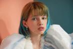 """""""生化危機""""系列女主角米拉·喬沃維奇12歲的大女兒Ever曝出一組新寫真。小Ever身穿各種戲服亮相,復古味十足,配上標志性的藍色挑染頭發,顯得靈性十足。特寫照與母親米拉相似度極高,讓人不禁感嘆基因強大。"""