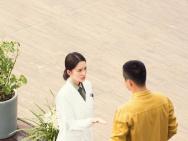 黃景瑜、李沁新劇再曝路透 親密擁抱對視盡顯甜蜜