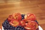 4月14日,木村光希在個人社交賬號直播,與姐姐木村心美一起為媽媽工藤靜香做生日蛋糕。視頻中,光希隨意挽著頭發,身穿白色裙子盡顯淑女模樣,頗有架勢地系著圍裙出鏡;相較于妹妹一身黑衣的心美則負責甜美可愛,做蛋糕時梳著麻花辮更是清純可人。