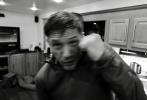 近日,摄影师格雷格·威廉姆斯(Gregg Williams)分享了一组《毒液2》的片场照,主演汤姆·哈迪化身拳击手,对着镜头帅气地打拳,有几张还兴奋到模糊。