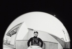 4月17日,岳云鹏成为《BOBOSNAP》封面人物大片发布,引发网友围观了热议。封面照中,岳云鹏戴着牛仔帽,身穿黑白配色的休闲装,一脸严肃的坐在木箱上,真是一个冷酷的都市牛仔。