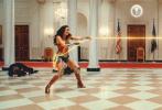 """《神奇女侠2》登上《帝国》杂志封面并曝出多张全新剧照,克里斯汀·韦格饰演的""""豹女""""露出真容,并与神奇女侠在白宫展开精彩对决。"""