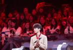 """4月24日,《我們的樂隊》播出第六期,""""樂隊公司""""第二場內部試聽會下半場最后五支樂隊也帶來了各具特色的舞臺。本期節目剛開始不久,王俊凱就上演了""""壁咚""""謝霆鋒的大戲。"""