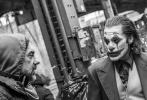 """4月25日是DC著名反派角色""""小丑""""誕生80周年的日子,為慶祝這一重要紀念日,華金·菲尼克斯主演作品《小丑》的導演托德·菲利普斯曝光了一組電影全新幕后照。"""