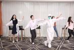 4月25日,《这是我们这是光》抗击疫情特别节目中,易烊千玺做客节目聆听方舱医护人员讲述抗疫中的感人故事。