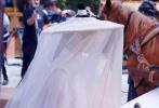 尽管《皓衣行》剧组做足了防偷拍的工作,但仍阻止不了神通广大的网友。4月25日,网上就曝光了一组《皓衣行》的全新路透照。照片中,罗云熙一袭白衣,戴着白色帷帽仙气飘飘。陈飞宇高束长发,深蓝色长衫,尽显少侠气质。