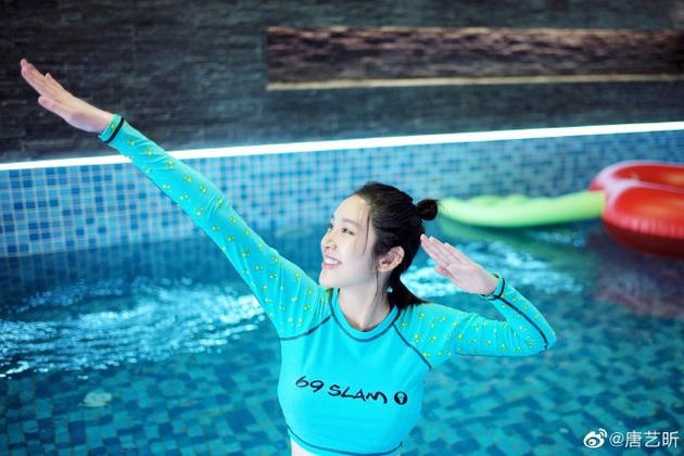 唐艺昕晒照分享孕期日常 热衷游泳四肢纤细超少女