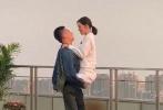 4月27日,网曝一组《亲爱的戎装》路透照。照片中,黄景瑜穿着牛仔外套和黑裤子,李沁则身穿白色大褂,梳着低马尾。